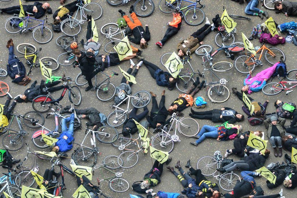 世界中でデモを繰り広げる環境団体は、アプリの活用と「組織の非中央集権化」で活動を加速する